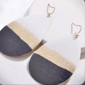 TEARDROP METAL WHITE METALLIC EARRINGS